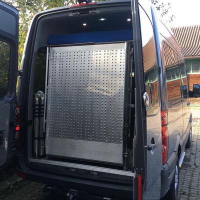 VW Crafter II Kombi mit Anhängerkupplung und Auffahrrampe