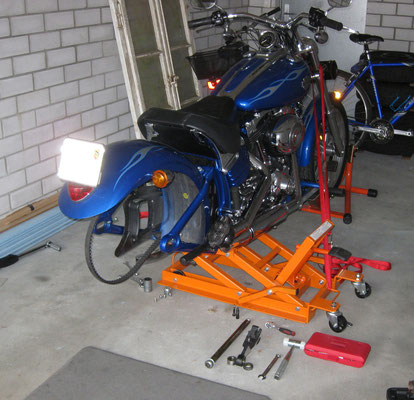 Harley-Davidson Rocker C Umbau bei Kunde zu Hause