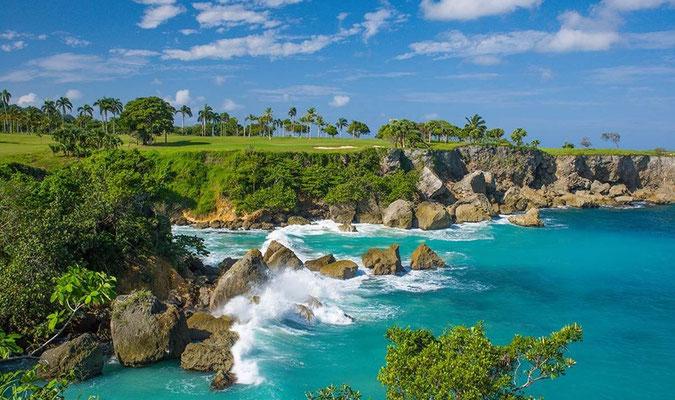 Blick auf den Golfplatz und das Meer