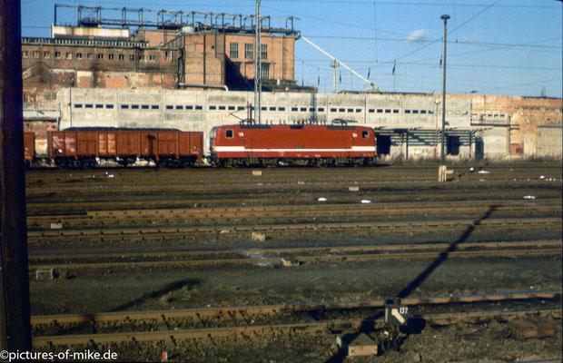 eine Lady im Güterzugeindienst vor einem gespenstisch leerem Gbf.