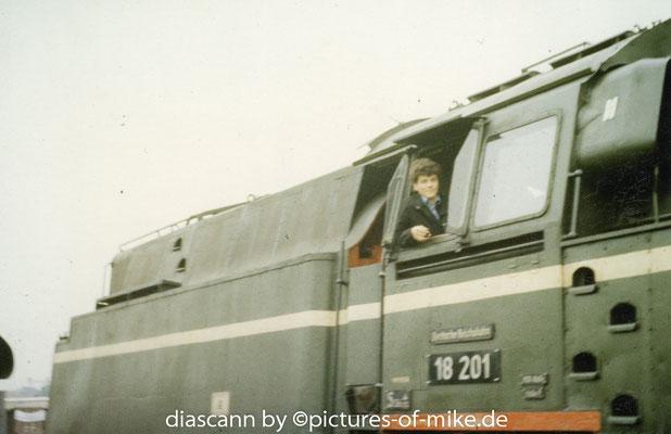 """früh übt sich.., Mitte der 1980.-er Jahre auf einer Austellung in Berlin auf dem """"Paradepferd"""" des Dampflokbaus der DDR"""