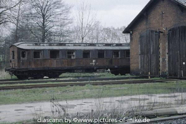 18.4.1995 Lokschuppen Arnsdorf mit abgestellten Messwagen der Lokmotivversuchsanstalt Berlin Grunewald Nr. 700558 für Leistungs- und Verbrauchsmessung von Dampfloks.