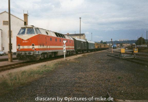07.10.1994, U-Boot 219 022-1 zur Überführung diverser Bau- und Begleitfahrzeuge von DPI nach Satzkorn wartet auf Ausfahrt von Gleis 82.