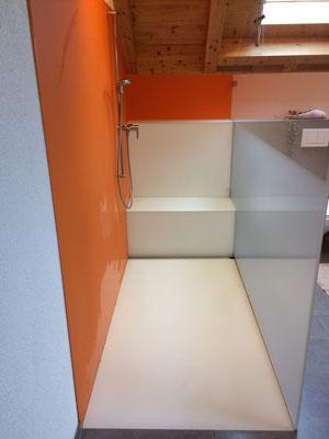 Duschtrennwand mit Teilätzung, Glasrückwand, Glasboden und Glassitz