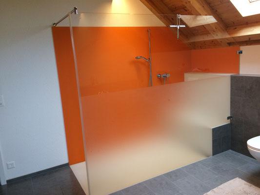 Duschtrennwand mit Teilätzung, Glasrückwand, Glasboden, und Glassitz