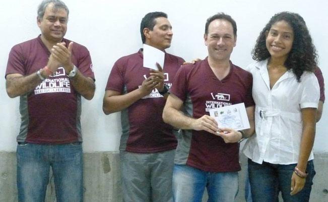 Guillem Chacon, responsable de las Becas Biotropical en la entrega de 9.000 dólares en mano a estudiantes venezolanos, en la UCLA en 2014