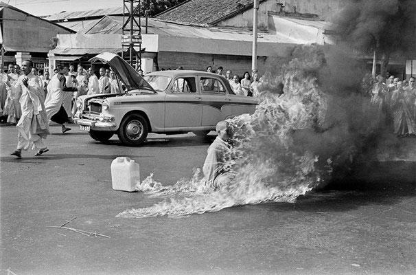 """""""Самосожжение буддистского монаха"""", автор снимка - Малкольм Браун. В 1963 году монах Thich Quang Duc чиркнул спичкой и превратился в живой факел."""