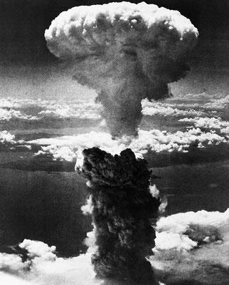 """""""Ядерный гриб над Нагасаки"""". Фотография была сделана лейтенантом Чарльзом Леви в 1945 году."""