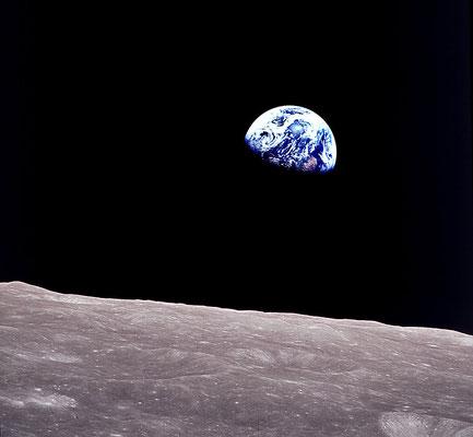 """""""Восход Земли"""", автор Вильям Андерс, NASA. Это исторический снимок Земли, который был сделан членом экипажа корабля """"Аполлон-8"""" в Рождественский сочельник 24 декабря 1968 года."""