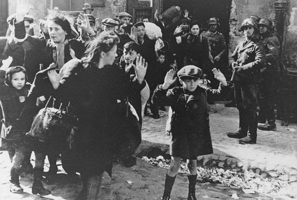 """""""Еврейский мальчик сдаётся в Варшаве"""", автор неизвестен, 1943 год."""