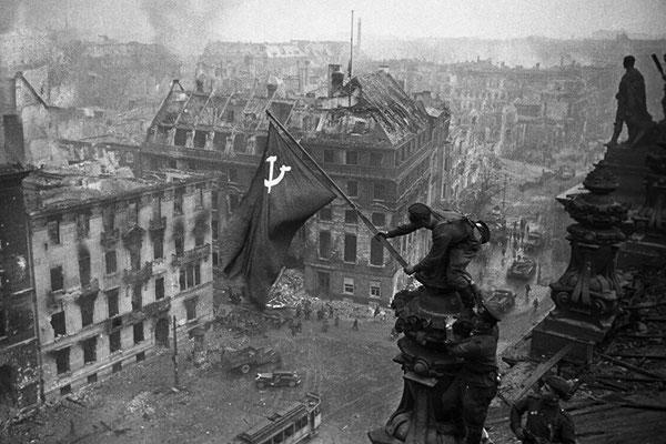"""Снимок """"Знамя Победы над рейхстагом"""" был снят в 1945 году советским военным корреспондентом Е. А. Халдеем."""