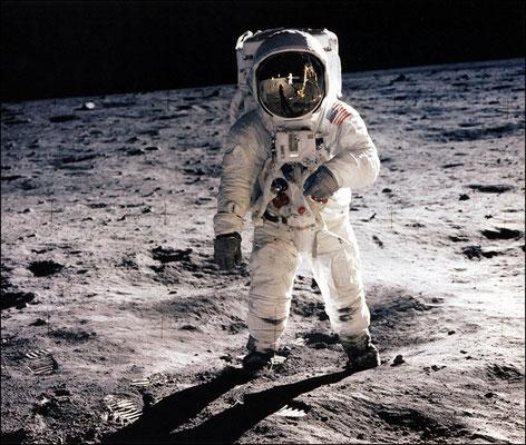 """Эта фотография """"Человек на Луне"""" была сделана 21 июля 1969 года астронавтом Нилом Армстронгом."""