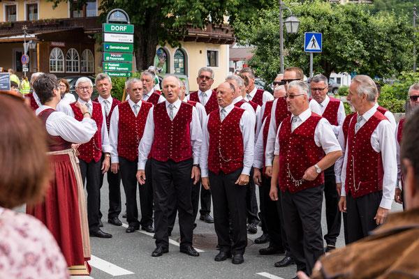 gesungen wird für die Zuschauer am Straßenrand.....