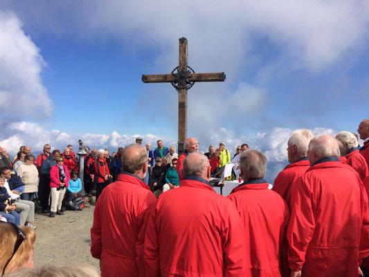 Viele Sänger vereint bei der Gipfelkreuzmesse.