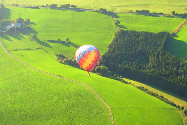 Der Ballon neben dem Flugplatz