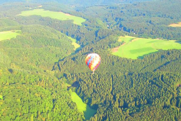 Mit dem Heißluftballon über den Wäldern der Eifel