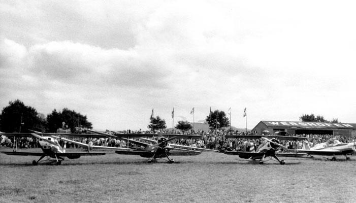 Kunstflug-Team-Austria - Bücker (Dornier) Bü 131R-150 Lerche - OE-AKF - c/n 51 + 2x Bücker (Dornier) Bü 133 Jungmeister - OE-AKH + OE-AKC - c/n 18 + 32 + Zlin Z-526F Tréner - D-EAFU - c/n 975; dahinter Segelflugzeuge der SFG Wershofen