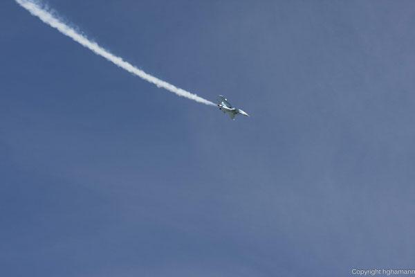 Der Rauch zeichnet schön den Flugweg nach