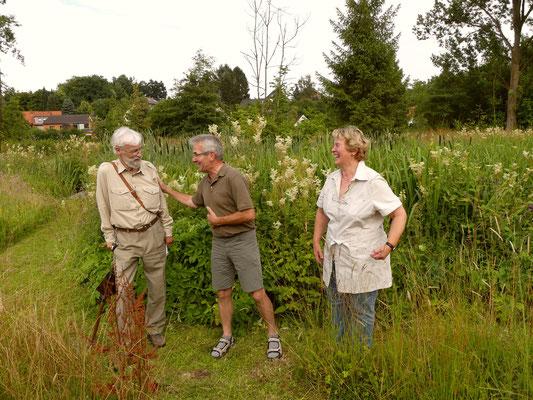 Der Ortsbürgermeister Hartwig Möller bedankt sich bei Renate Haase und Hans Niemeyer.