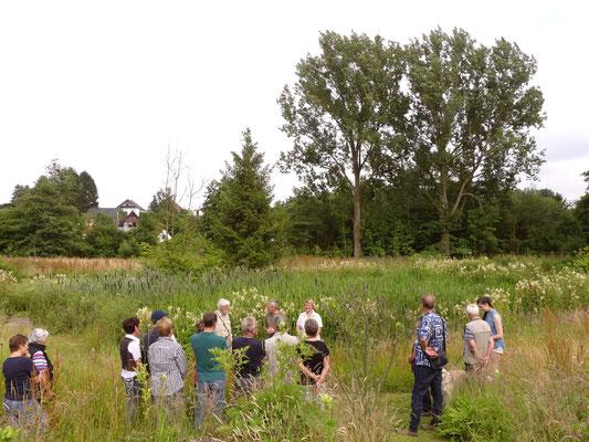 Gästegruppe am mittleren Teich