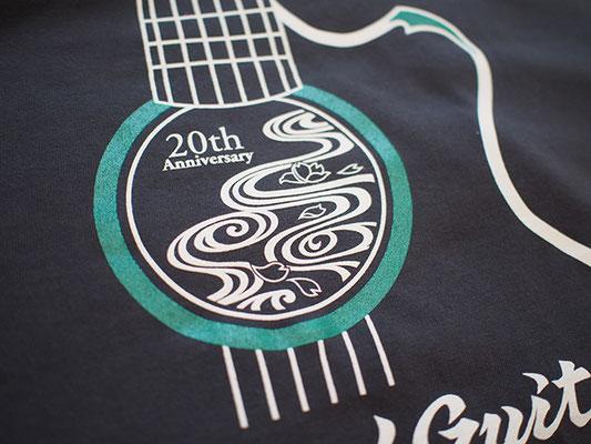 Tシャツ:デニム/ロゴは控えめなラメ入りグリーンと白