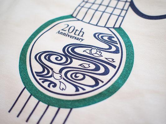 Tシャツ:ホワイト/ロゴは控えめなラメ入りグリーンと紺