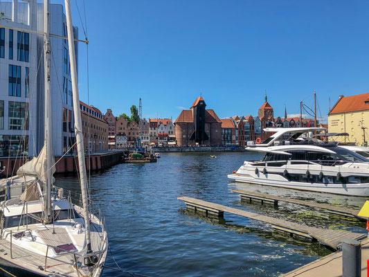 Krantor, ältester erhaltener Hafenkran Europas, hinter der Marina Danzig