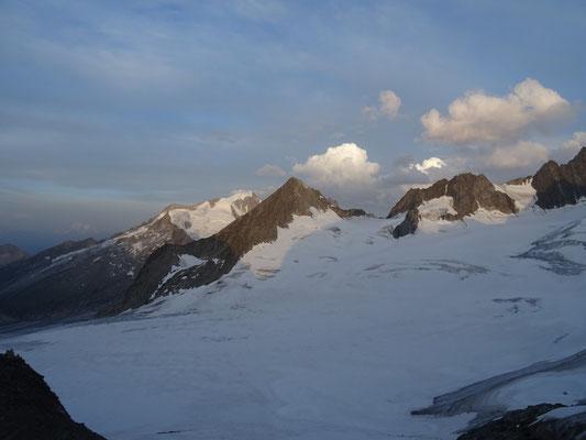Finsteraarrothorn (3530m) au centre au premier plan