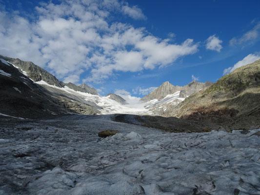 Sur le glacier de l'Oberaar pour rejoindre le col Oberaarjoch (3208m)
