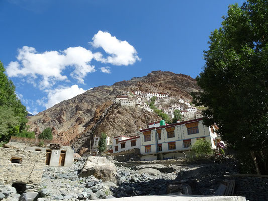 Le monastère toujours au-dessus du village
