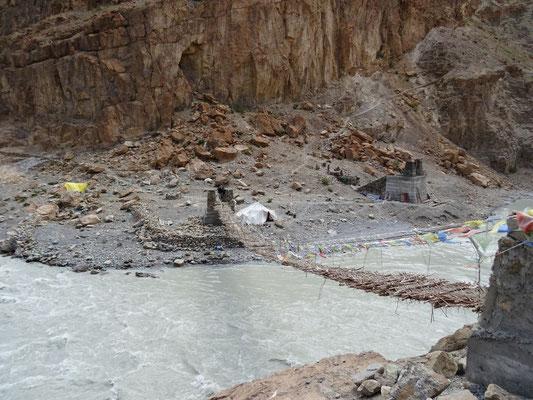 Tentes des ouvriers qui construisent un nouveau pont
