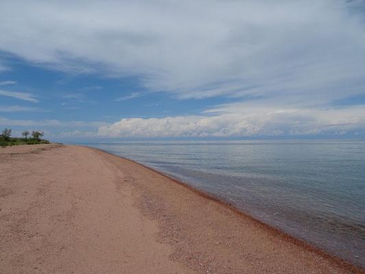 Issyk kul (Kul = lac), 177 km de long et 60 km de large, eau légèrement salée.