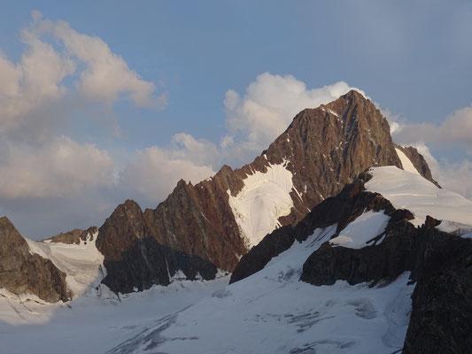 Arête Sud-Est du Finsteraarhorn point culminant du massif (4274m)