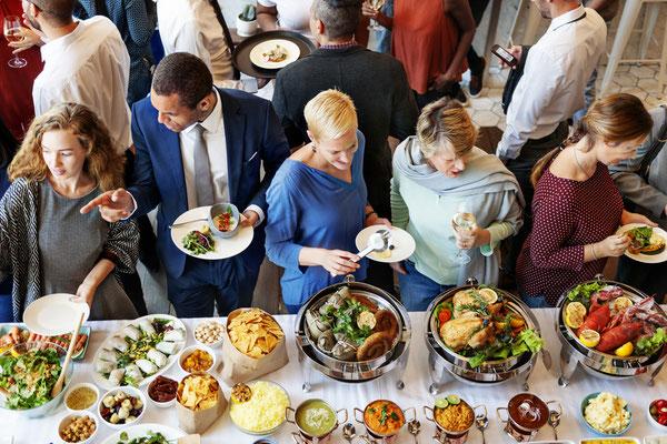 Gäste einer Veranstaltung am Buffet