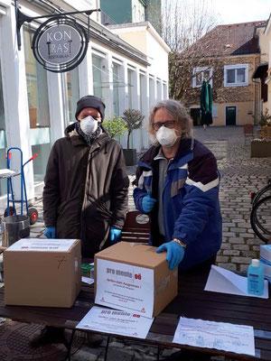 """v.l.: Jan Wabro und Wolfgang Lepka bei der Verteilung der """"pro mente OÖ - Hilfspakete"""""""