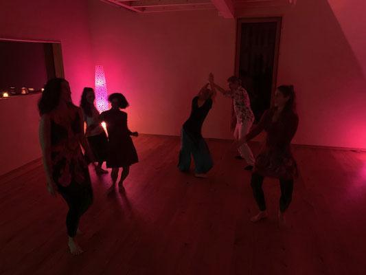 Beim Tanzen im Bewegungsraum
