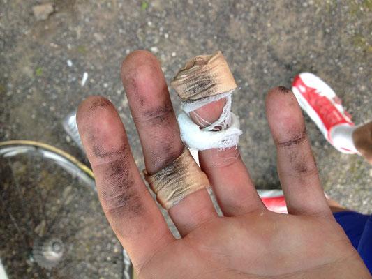 Les mains pleines de poussières.