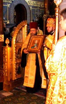 2008 г. Духовенство выносит из алтаря икону св. праведного Петра Калнышевского — последнего кошевого атамана Запорожской сечи.