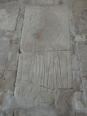 Les pierres tombales du XIIe – XIVe Dont l'une à l'effigie d'un religieux