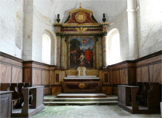 Le maître autel, son retable louis XV de l'ordre corinthien et un tableau de la scène du martyre.