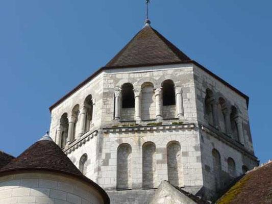 La tour octogonale à deux étages et sa corniche ornée de perles.