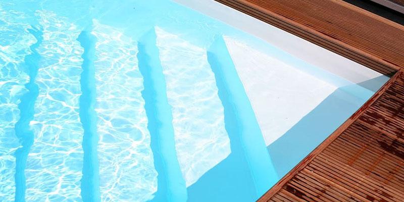 Ecktreppe im Pool