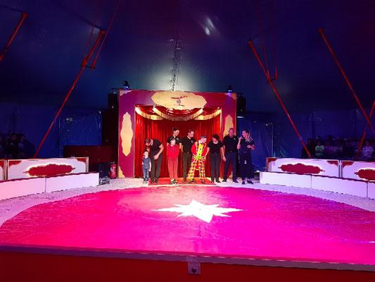 Die gesamte Zirkus-Familie Sperlich stellt sich vor.