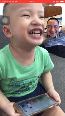 Henry im Whatsapp Videochat mit Papa