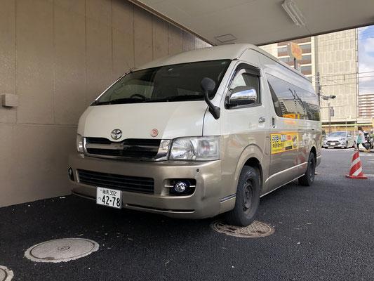 専用送迎バス、乗務員募集のステッカーが目印です。