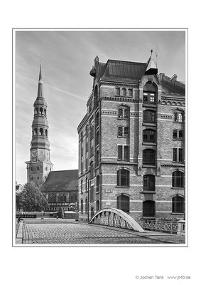 """Hamburg, Katharinenkirche und Speicherstadtgebäude, aufgenommen mit Toyo Field 4x5"""" auf Ilford HP5, digital weiterverarbeitet"""