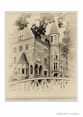 """Hamburg, Neuerwegsbrücke mit hist. Gebäude, aufgenommen mit Toyo Field 4x5"""" auf Ilford HP5, digital weiterverarbeitet"""