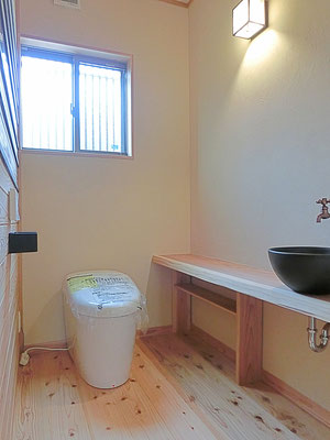 永く暮しいい平屋 杉の和風トイレ