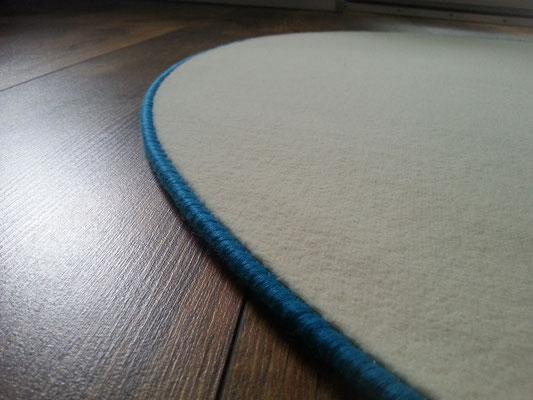 Uni-Velours-Teppich mit Vlies-Rücken mit delphintürkisem Einfassband ca.106 cm im Durchmesser