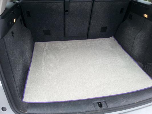 Kofferraum-Schutzmatte aus Uni-Velours mit Vlies-Rücken mit lilafarbendem Einfassband